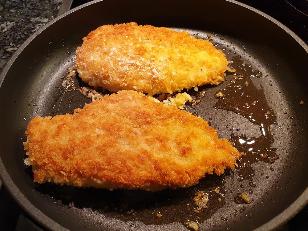 Das Fleisch pro Seite etwa 6-8 Minuten anbraten, bis es goldbraun ist.