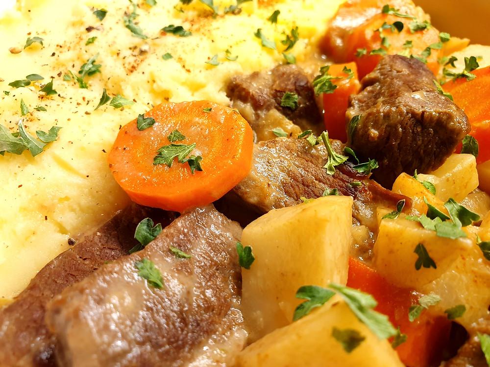 Rindfleisch-Ragout mit Karotten, Sellerie und Kartoffelstock.