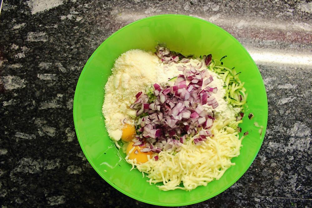 Zutaten für die Puffer: 2 Zucchinis, 8 EL Parmesan & Mozzarella, 2 Eier, 8 EL Mehl, Pfeffer und Salz.