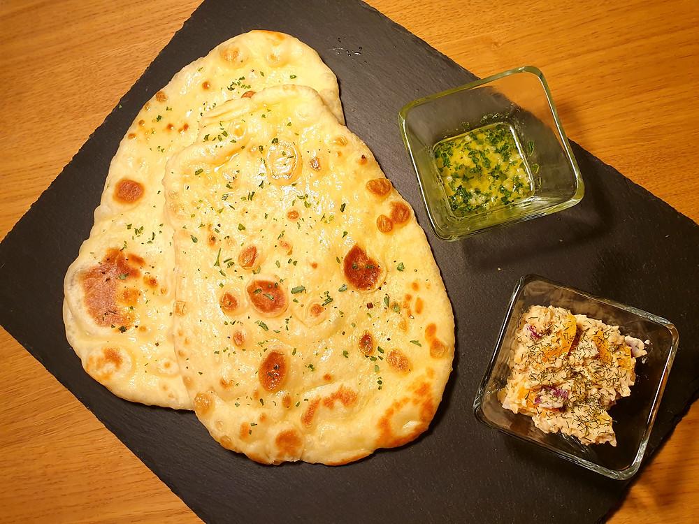 Naan-Brot mit leckerem Kichererbsen-Dip und Knoblauch-Butter.