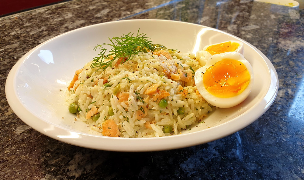 Reissalat mit Lachs an einer Sauce mit Dill, Senf und Honig.