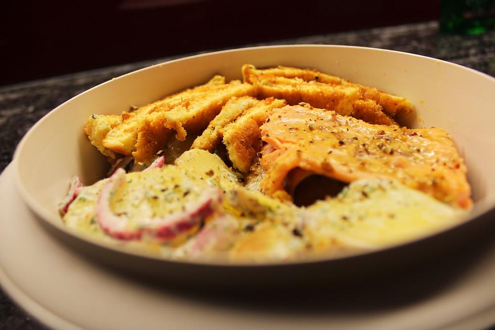Lachsforellenfilet mit Fenchel-Kartoffel-Salat und Eier-Omelette