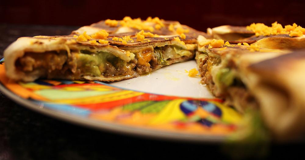 Knuspriger Quesadilla-Wrap mit Hackfleisch und Cheddar.