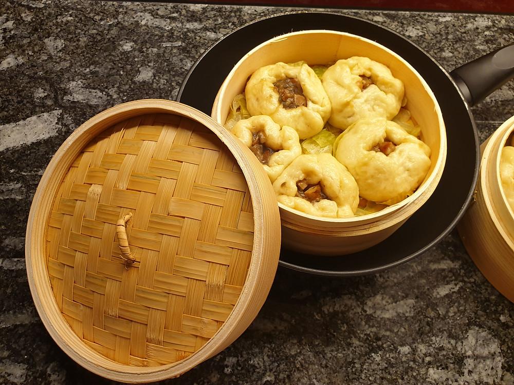 Hat optisch noch Luft nach oben, aber beim Geschmack gibts keine Minuspunkte: Char Siu Bao oder gedämpfte chinesische Teigtaschen mit Schweinefleisch.