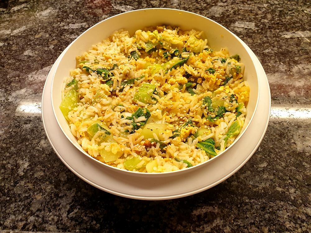 Gebratener Reis mit Ei und Pak Choi.