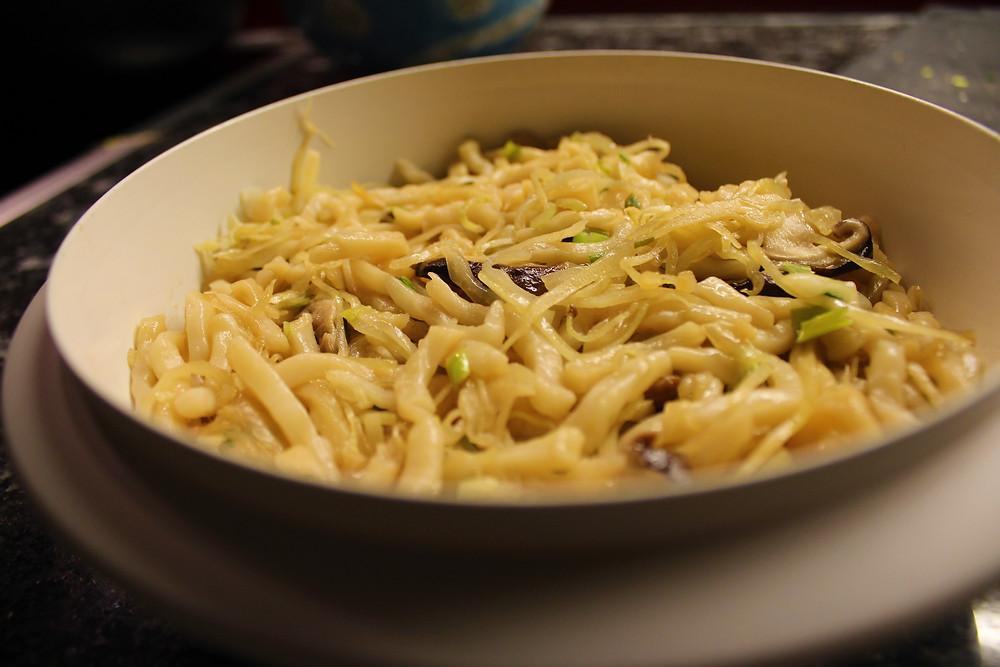 Finales Gericht: Udon-Nudeln mit Shiitake-Pilzen und Frühlingszwiebeln.