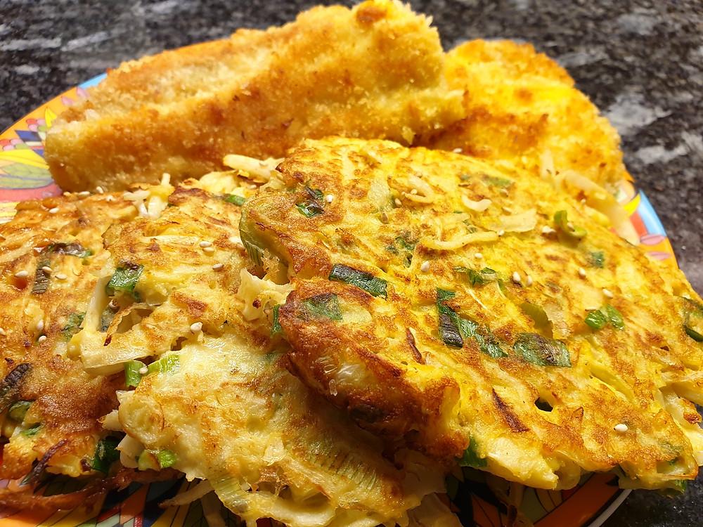 Okonomiyaki: Japanische Pancakes mit Fischknusperli.