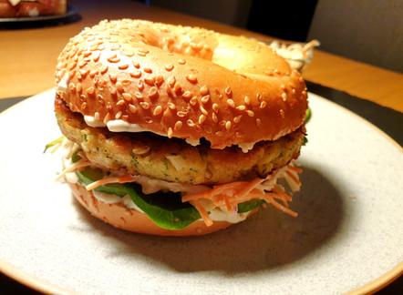 Fisch-Burger mit Coleslaw und Knoblauch-Jogurt