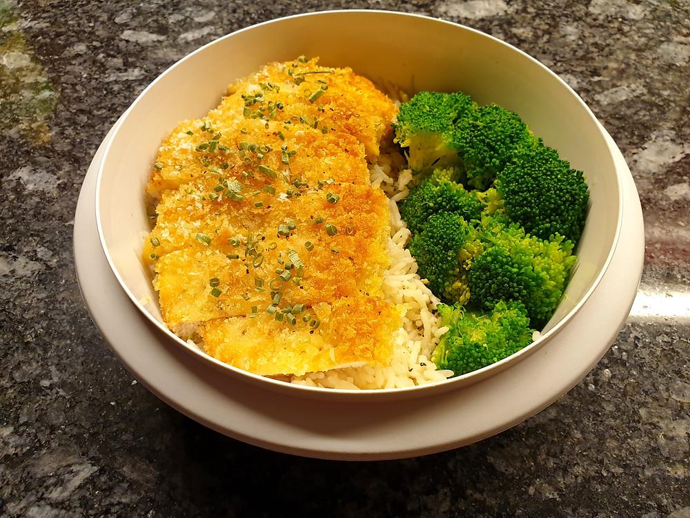 Japanisches «Katsu-Chicken» mit Pankomehl, Reis und Brokkoli.