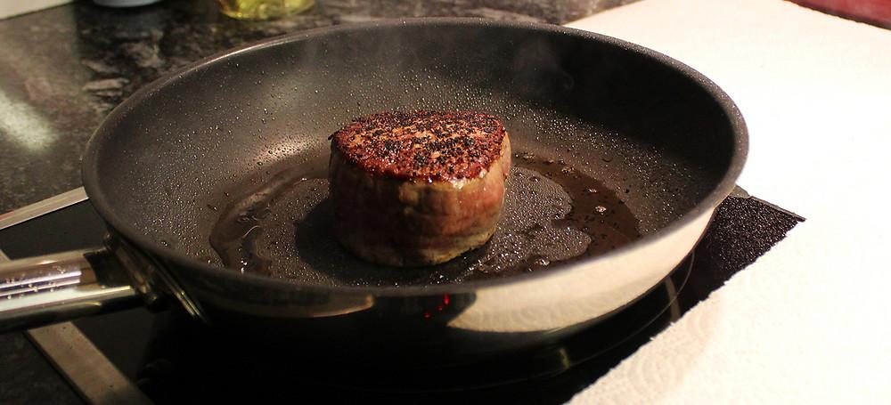Das Rindfleisch wird auf beiden Seiten 2 Minuten bei höchster Stufe angebraten.