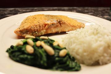 Lachs mit Meerrettich-Spinat und Reis.