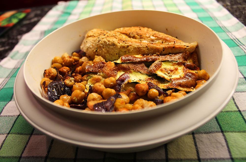 Fertiges Gericht: Zucchini-Ei-Auflauf mit Kichererbsen, Roten Zwiebeln, Knoblauch und Hühnerbrust.