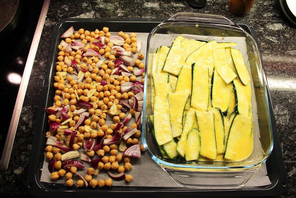 Links die Kichererbsen-Mischung, rechts die Zucchini-Auflaufform. Backzeit: 35 Minuten bei 180 Grad.