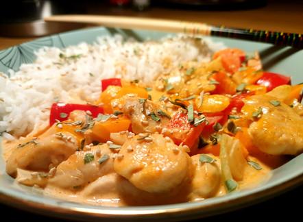 Rotes Thai-Curry mit Reis und Poulet