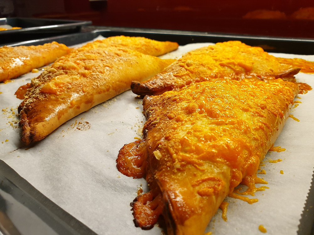 Pizzataschen mit Schinken, Salami und Cheddar.