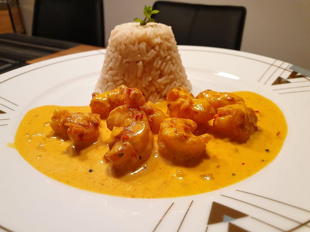 Crevetten mit Safran-Sauce und Reis.