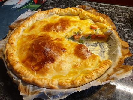 Ein Kuchen mit herzhafter Füllung: Poulet-Rahm-Pie mit Karotten und Sellerie