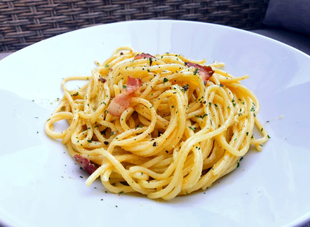 Grüne Carbonara: Spaghetti mit Avocado-Rahm-Sauce und Speck