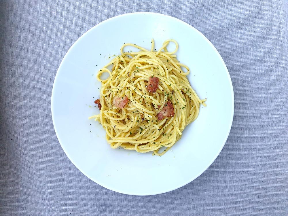 Spaghetti mit Avocado-Carbonara-Sauce