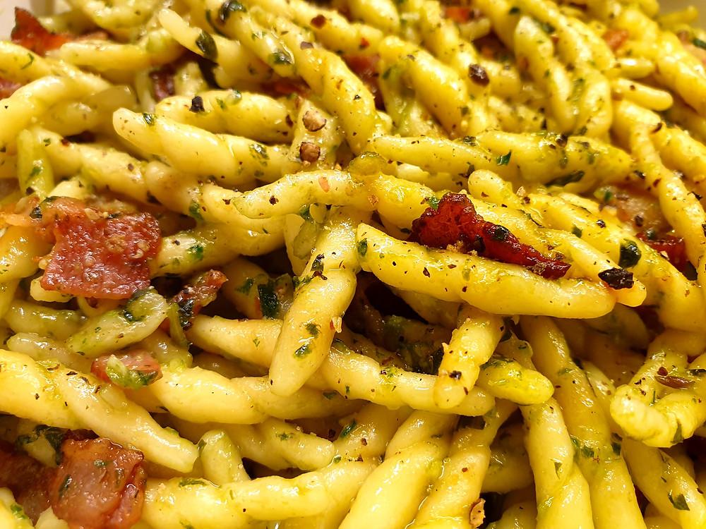 Trofie mit Basilikum-Pesto und Speck.