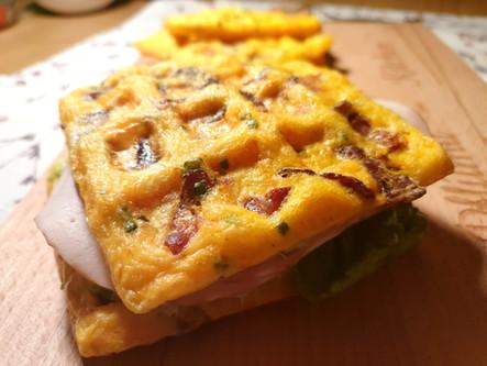Chaffle-Sandwich: Glutenfreie Waffeln aus Ei und Käse