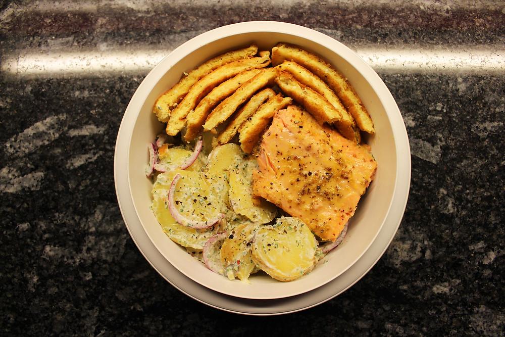 Mein zweites Fischgericht: Lachsforellenfilet mit Fenchel-Kartoffel-Salat und Ei-Omelette.