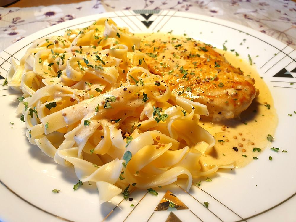 Tagliatelle mit Pouletschnitzel in cremiger Senf-Rahmsauce.