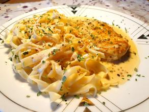 Nudeln mit Senf-Rahmsauce und Poulet-Schnitzel
