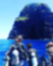 慶良間諸島、男岩(ウガン)。_巨岩が目の前に迫り迫力満点!_エントリー待ちのワク