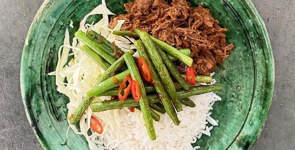 Donderdag: Rendang (jackfruit/stoofvlees), sambal boontjes en zoetzure komkommer