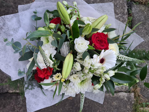 Winter handtied gift flower bouquet White and Red