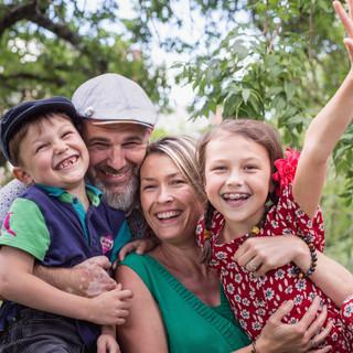 Au parc de la Morinière à Rezé, photo de famille colorée avec deux enfants et deux adultes joyeux