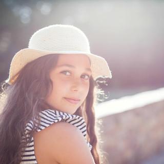 portrait jeune fille avec un chapeau au parc du chateau du Pé à Saint-Jean de Boiseau.