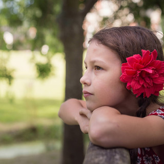 portrait petite fille avec fleur dans les cheveux au parc de la morinière à Rezé