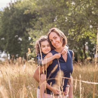 phoot mére et fille dans les hautes herbes au parc de la Begraisière à Saint Herblain