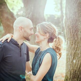 photo d'un couple avec une belle lumière  au parc de la Morinière  à Rezé
