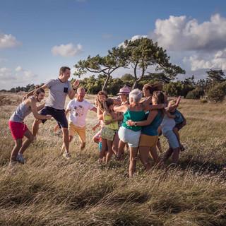 Grande famille qui se saute dessus dans les dunes aux Moutiers en Retz