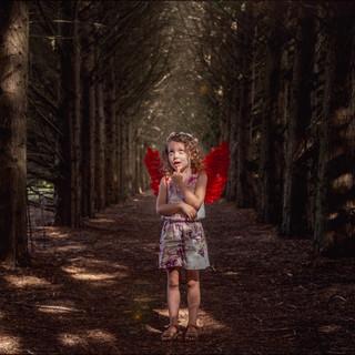 Enfant déguisé en ange dans une allée boisée au parc de la Mevellière à Bouaye