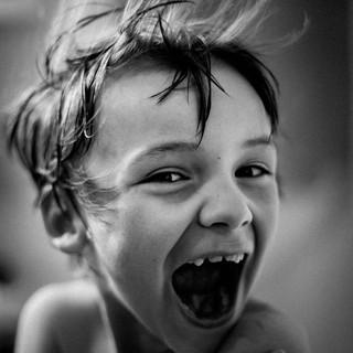 portrait en noir et blanc d'un enfant qui sourit