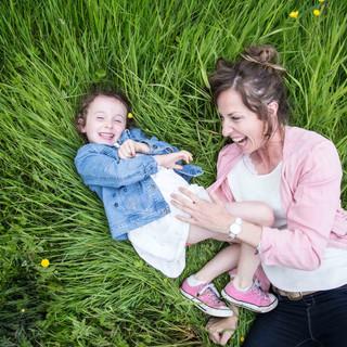 Mére et fille allongées dans l'herbe dans un champ à la vallée de Bouguenais