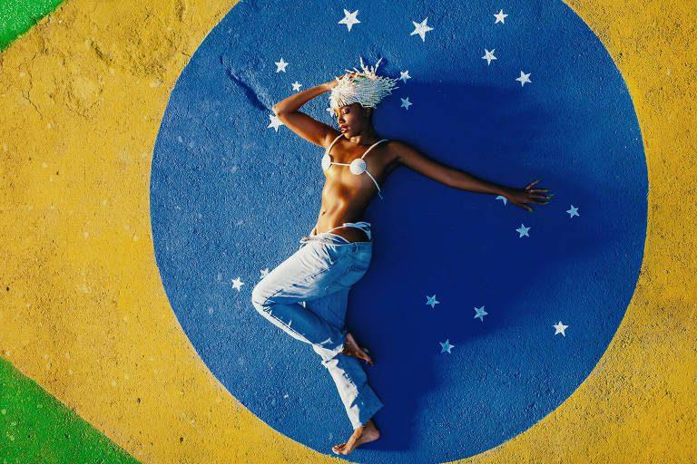 IZA ressignifica bandeira nacional e renova identidade artística com GUETO