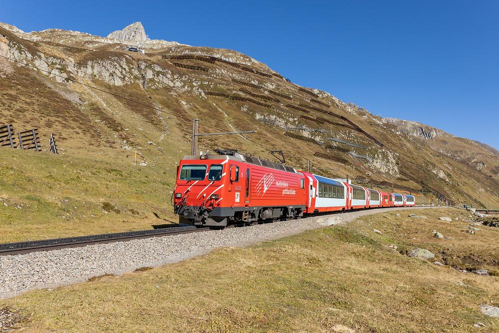 Matterhorn Gotthardbahn MGB HGe 4/4 II 5 mit dem Glacier Express GEX PE903 von St. Moritz nach Zermatt.