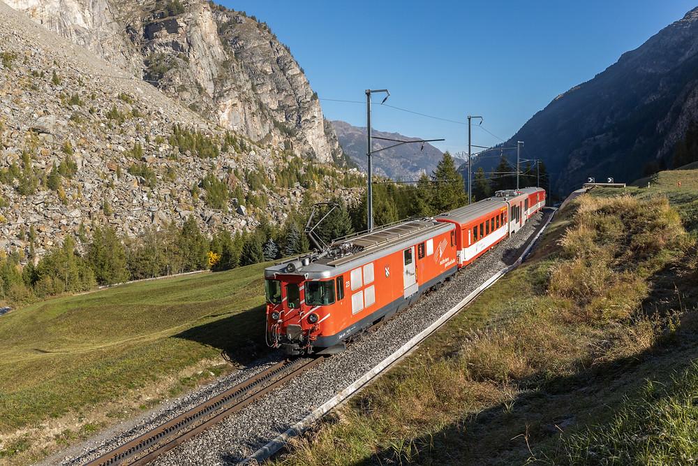 Matterhorn Gotthardbahn MGB Deh 4/4 23 Typ BVZ mit Pendelzug Garnitur bei Randa, Wallis, Schwiez.