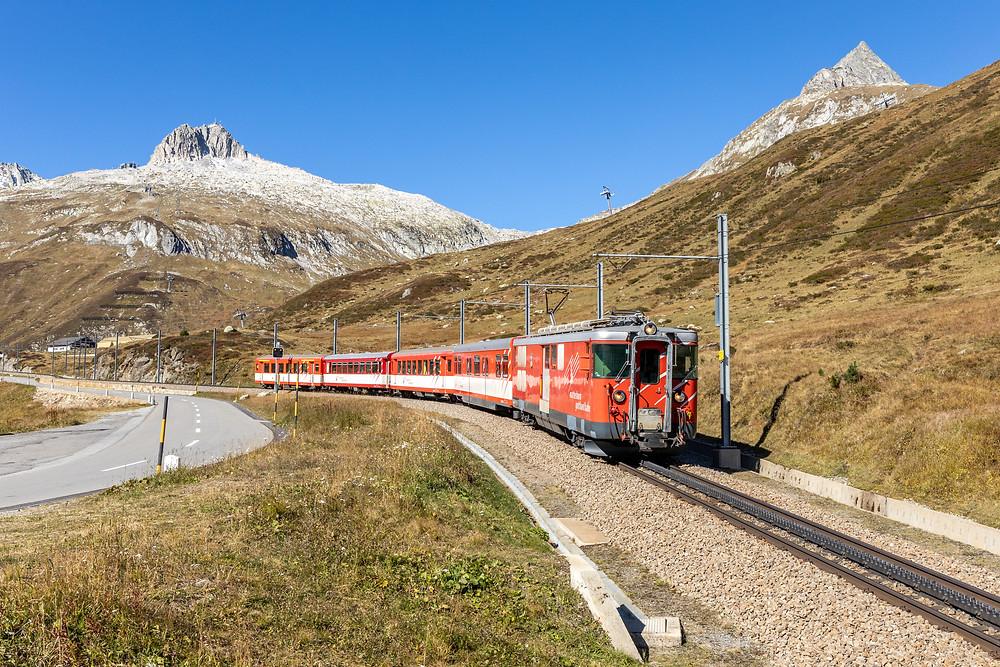 Matterhorn Gotthardbahn MGB Deh 4/4 II Typ BVZ Brig Visp Zermatt kurz nach der Passhöhe des Oberalppass in Graubünden.