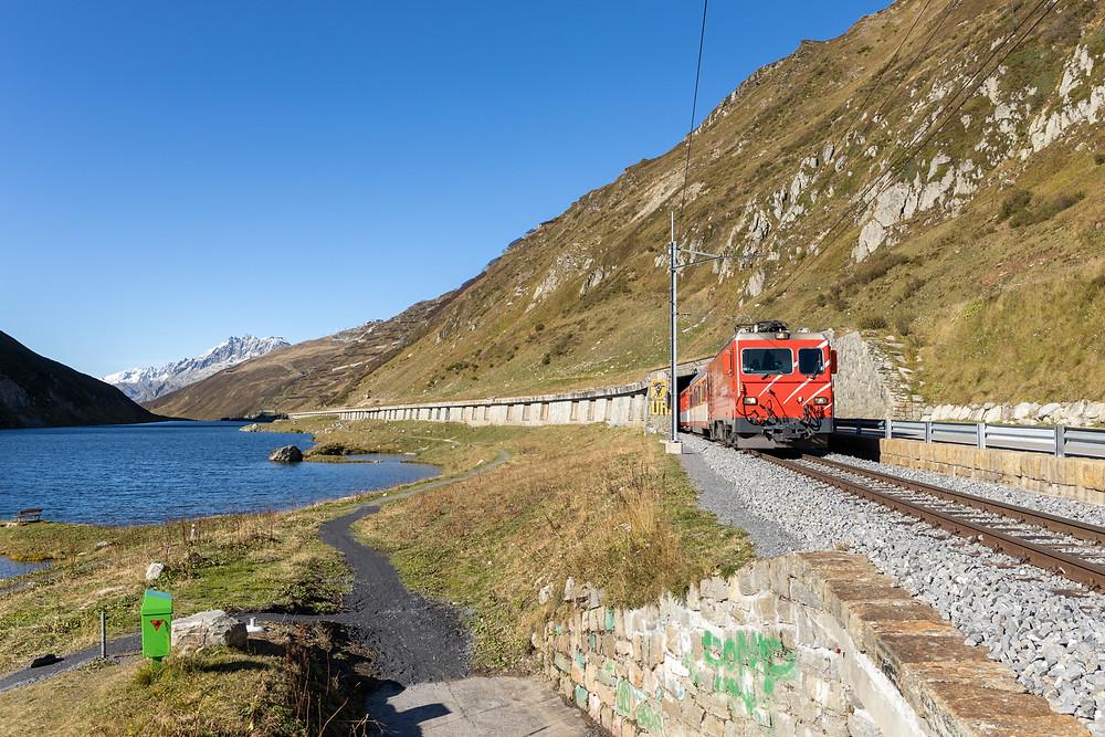 Matterhorn Gotthard Bahn MGB HGe 4/4 II Nr. 5 am Oberalppass Stausee, Uri / Graubünden