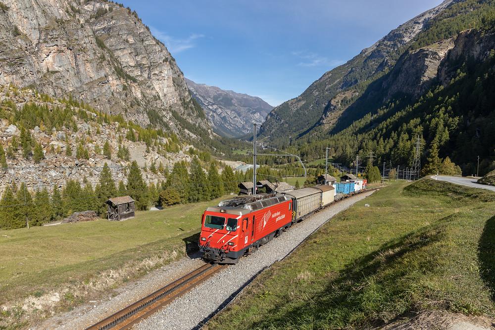 MGB Matterhorn Gotthardbahn HGe 4/4 II Nr. 5. mit dem Güterzug 4231 Visp-Zermatt, aufgenommen in Randa, Wallis, Schweiz