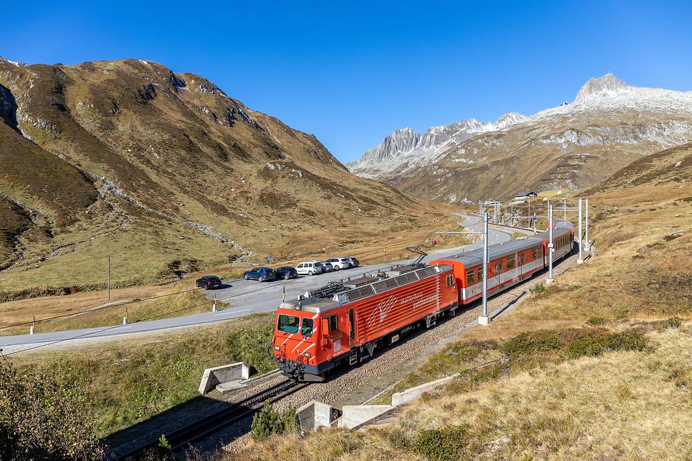 Matterhorn Gotthardbahn MGB HGe 4/4 II 5 kurz nach der Passhöhe des Oberalppass, Graubünden