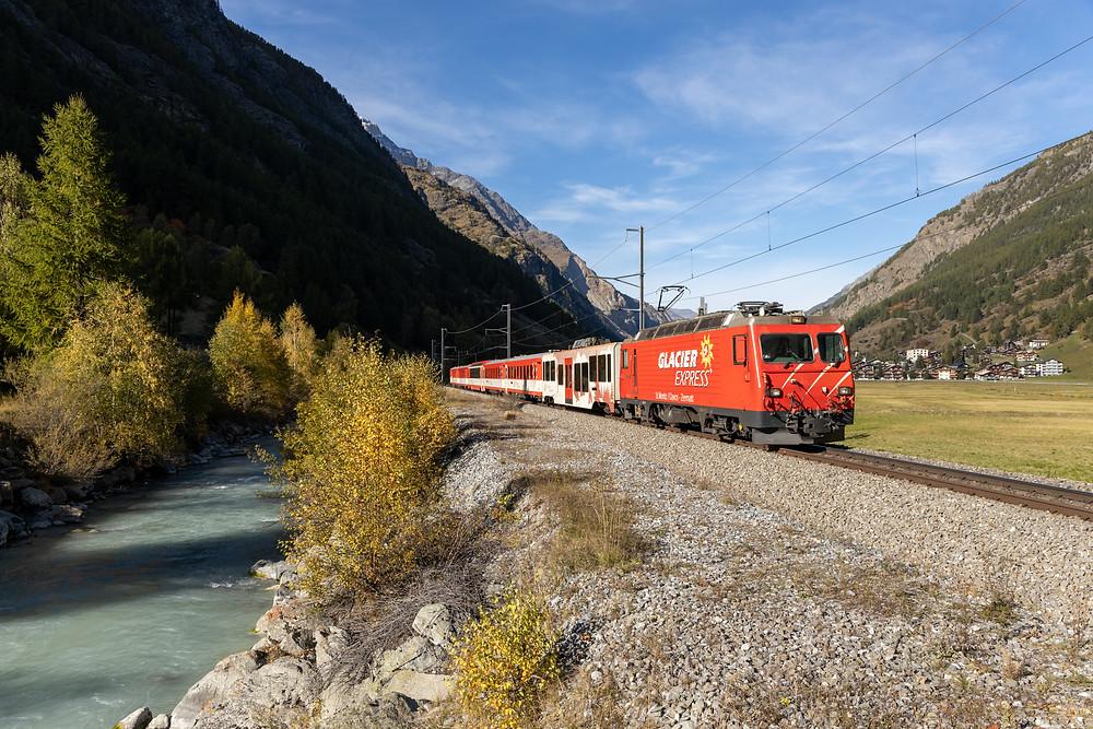 MGB Matterhorn Gotthardbahn HGe 4/4 II fährt entlang der Mattervisp in Richtung Zermatt, aufgenommen in Täsch, Wallis, Schweiz