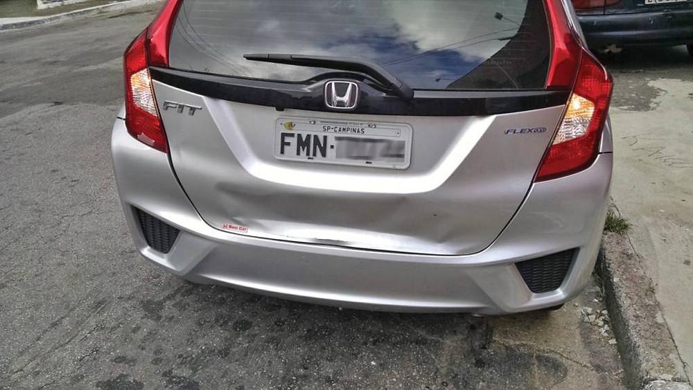 """Ninguém na Honda reparou que o para-choque do Fit é """"um pouco"""" próximo demais da tampa?"""