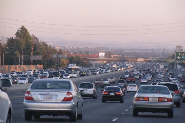 Adquira o hábito de dirigir olhando bem mais a frente para poder se antecipar as manobras necessárias